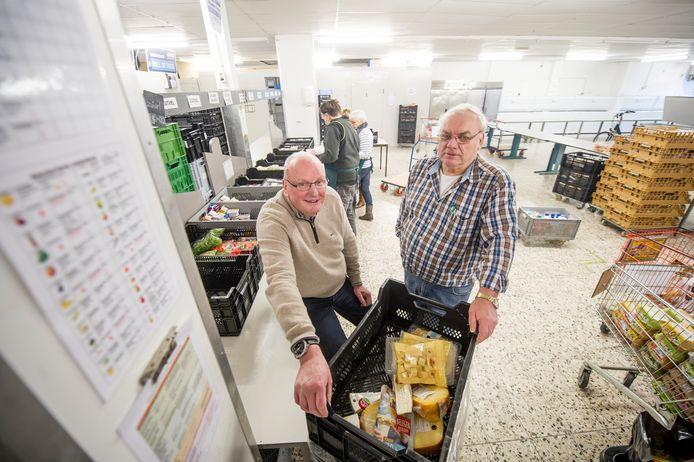 Han Eulderink, hier met  en logistiek coördinator Bert Wind (rechts), in de voedselbank aan de Sloetsweg in Hengelo. Verhuizing naar een bedrijfshal op Timmersveld is nu een stuk dichterbij.