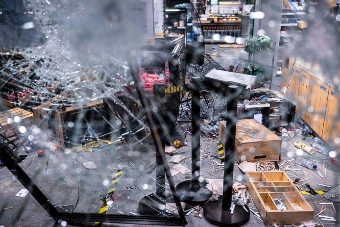 Grote schade en plunderingen bij een Jumbo City in het centraal station van Eindhoven na ongeregeldheden in de binnenstad van Eindhoven eind januari.