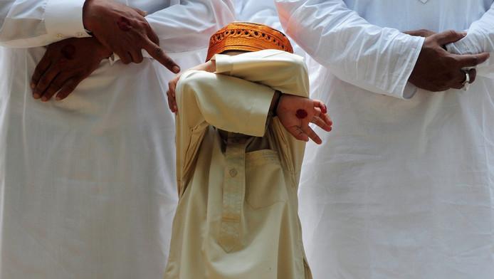 Archiefbeeld van een jongetje uit India die zijn ogen afschermt.