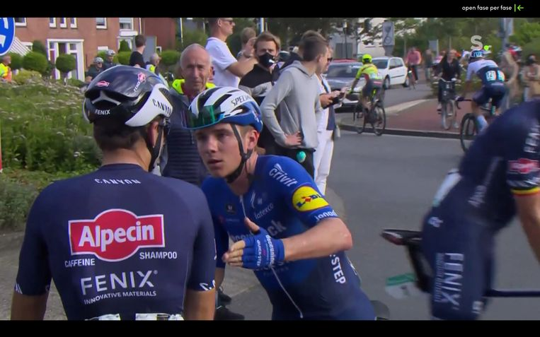 Een boze Remco Evenepoel spreekt Gianni Vermeersch aan na aankomst van de eerste rit in de Benelux Tour. Beeld Sporza