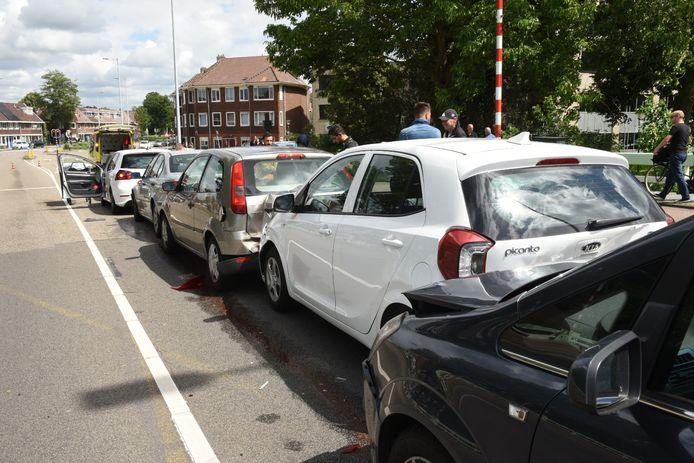 Zeven auto's klapten op elkaar op de Socratesbrug in Utrecht.