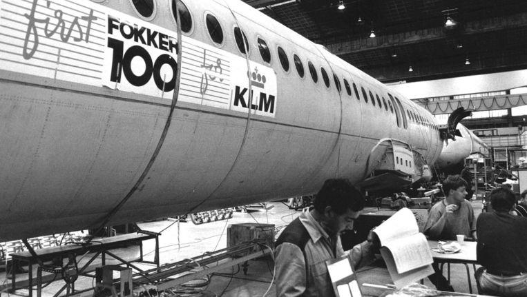 Fokker-technici werken in 1988 aan de Fokker F-100. Beeld anp