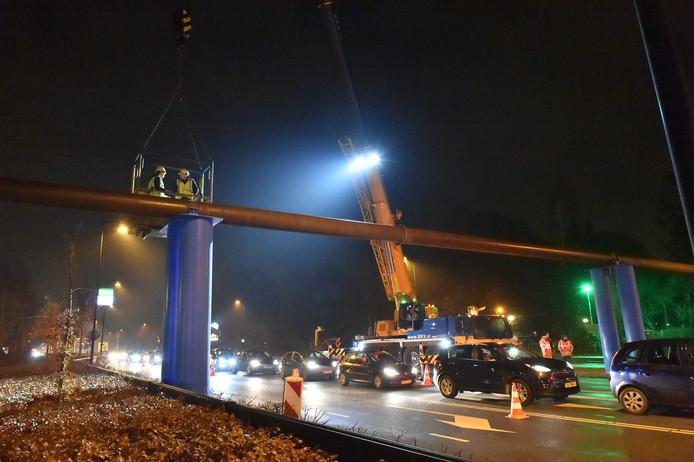 Op de Zutphensestraat in Apeldoorn wordt een riooloverbrugging weggetakeld