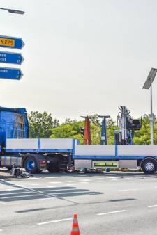 Fietser komt onder vrachtwagen terecht op Grebbeweg in Rhenen