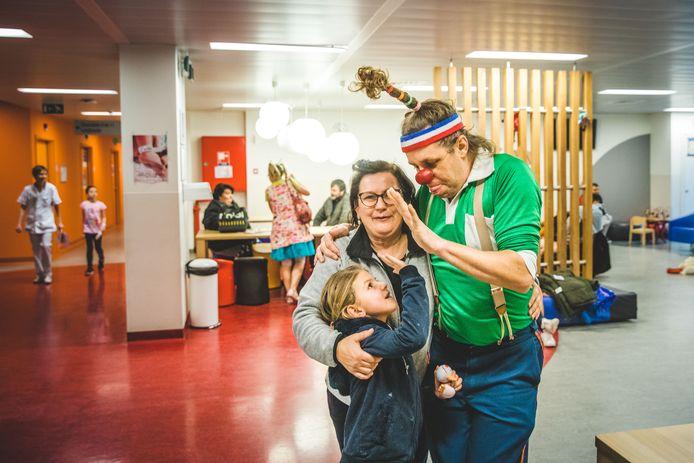 De Cliniclowns trakteerden de jonge bezoekertjes van het kinderziekenhuis van het UZ Gent donderdag op een geschenkje.
