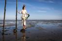 ChristenUnie-Kamerlid Carla Dik-Faber poseert bij de Oosterschelde in haar outfit waarin zeewier verwerkt zit