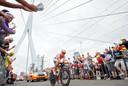 De Tourstart in 2010 was een sportief festijn van jewelste. Met schitterende beelden op de Erasmusbrug.