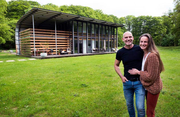 Het moderne landhuis van Theo Liefting (56) en Annelies de Ruiter (43) aan de Beukenburgerlaan staat te koop.