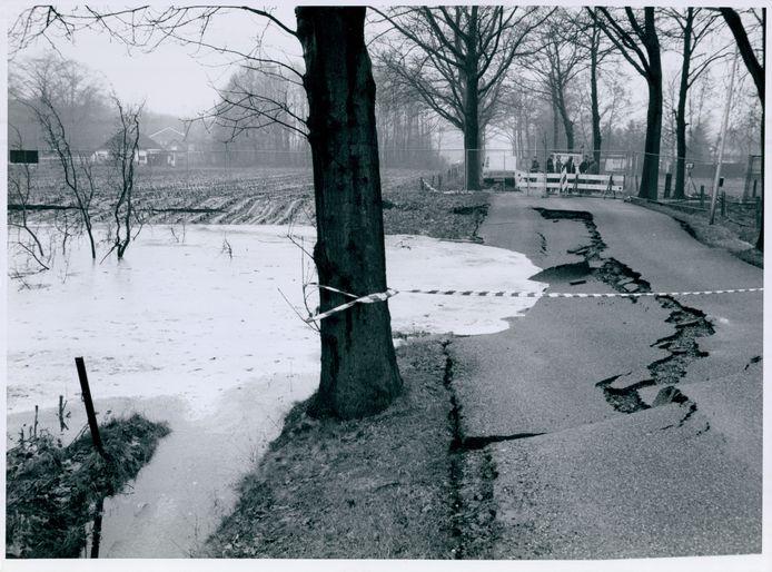 In 1991 ontstaat aan de Enschedese Havenweg net buiten Hengelo een grote krater nadat een caverne is ingestort.
