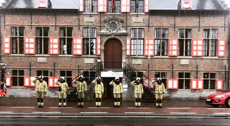 Een minuut stilte voor het gemeentehuis van Kaprijke.