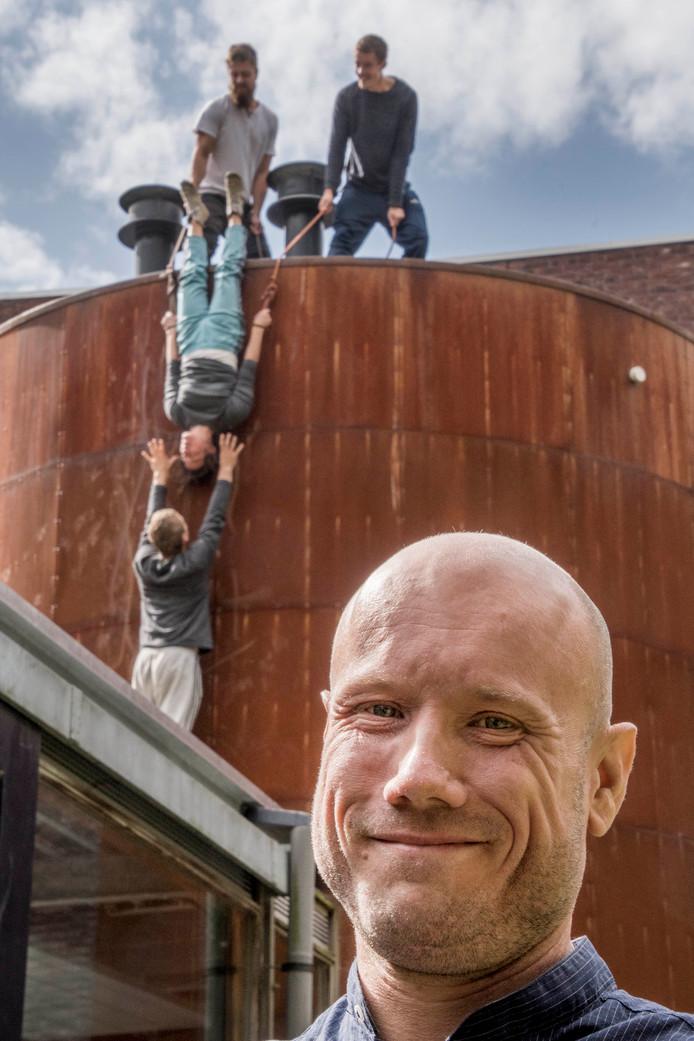 Circusartiesten repeteren voor cultureel weekend De Opening. Op de voorgrond: Maurice Dujardin, directeur van De NWE Vorst.