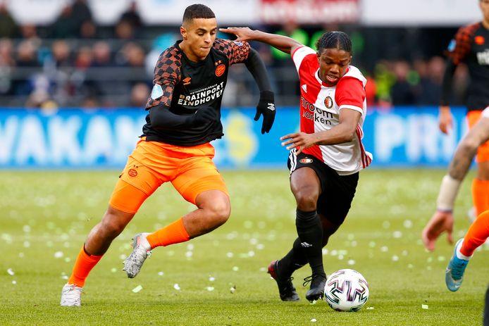 Mohamed Ihattaren en Tyrell Malacia vechten een duel om de bal uit.
