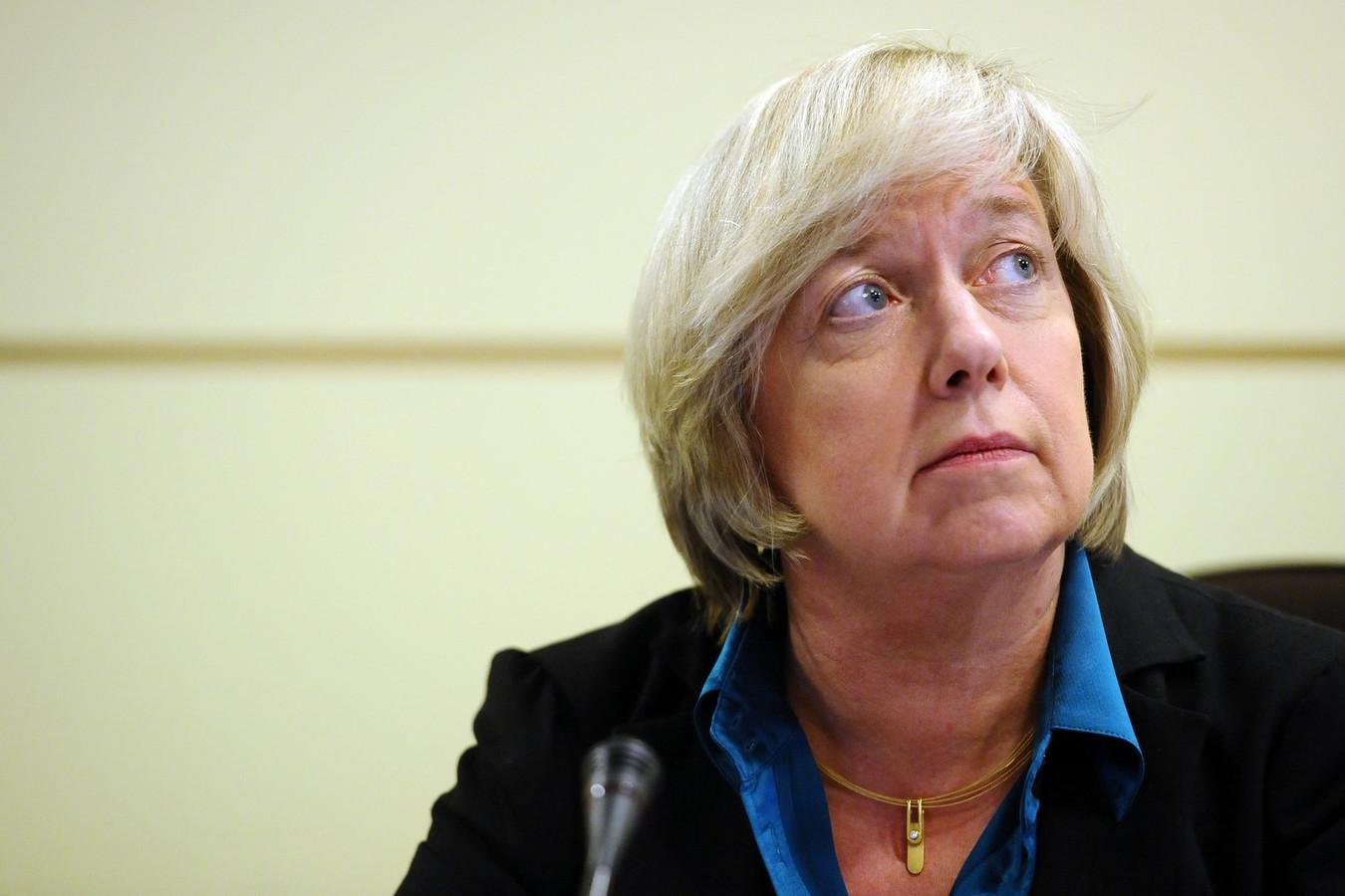 Francine Swiggers, destijds topvrouw van Arco, heeft gedreigd een schadevergoeding te eisen van elke Arco-spaarder die tegen haar procedeert.
