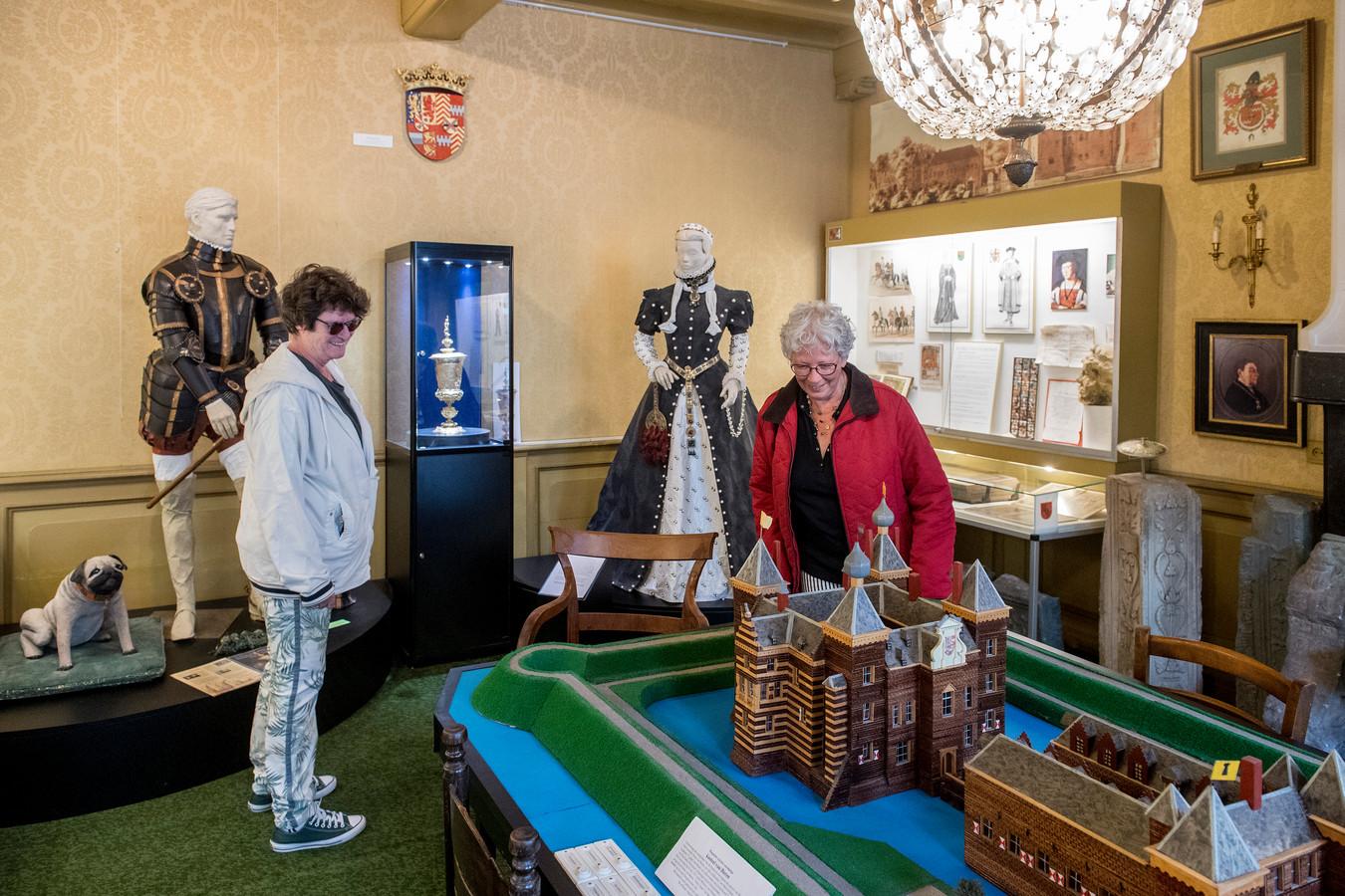 Edith Willems (rechts) en Cneel Landheer waren zaterdag de eerste bezoekers van het Oranjemuseum in Buren.