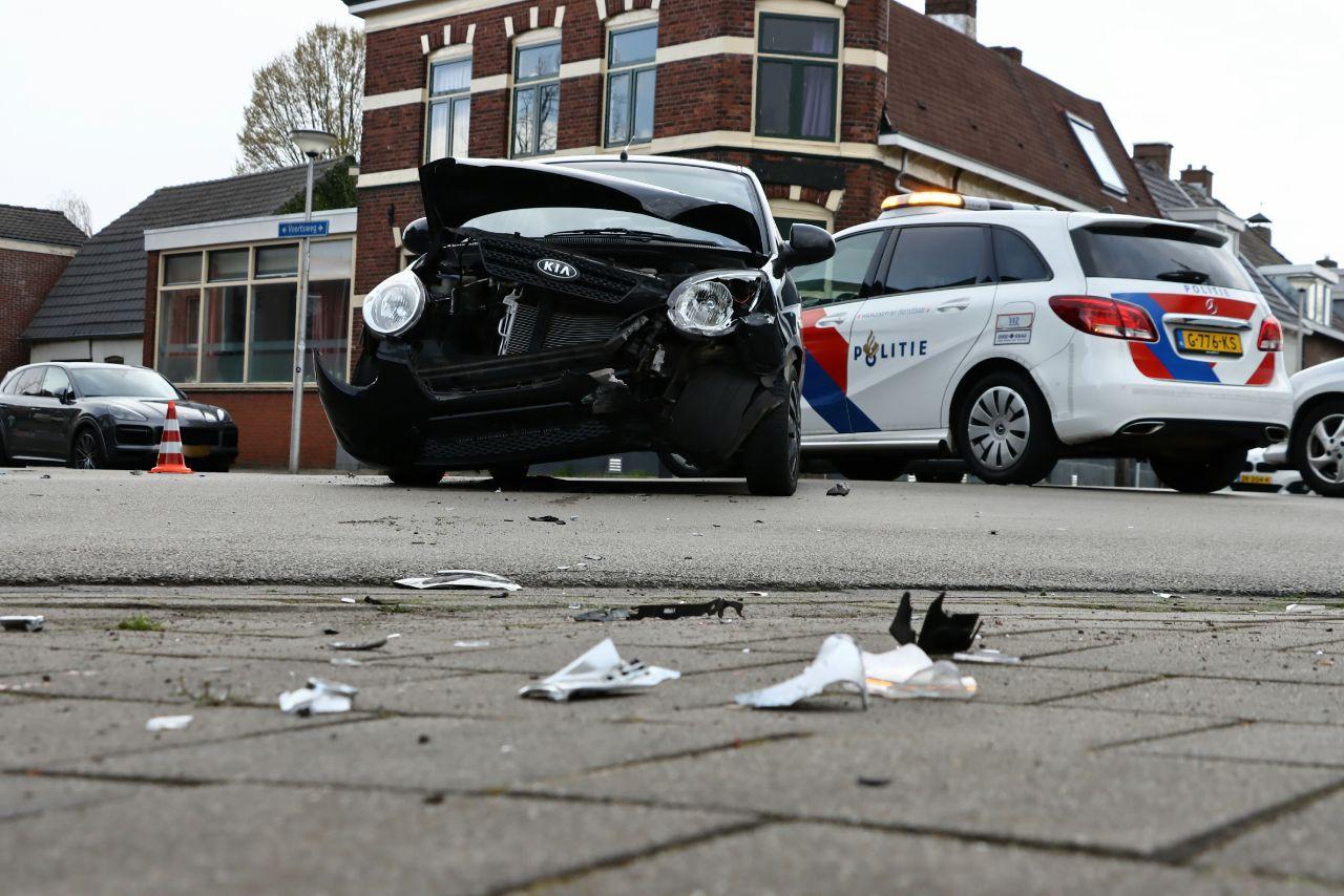 Bij een botsing in Enschede zijn maandagmiddag meerdere auto's beschadigd geraakt