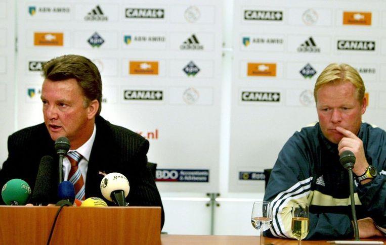Technisch directeur Louis van Gaal en trainer Ronald Koeman van Ajax tijdens de persconferentie in Amsterdam (in 2003). Foto ANP Beeld