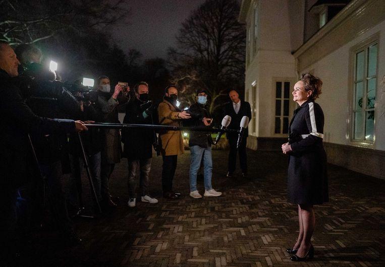 Staatssecretaris Alexandra van Huffelen van financiën spreekt met journalisten voor het Catshuis tijdens een gesprek over het rapport van de ondervragingscommissie Kinderopvangtoeslag. Beeld Bart Maat, ANP