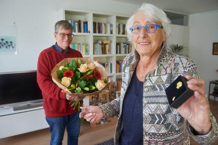 Oud-wethouder Greet van der Molen wordt in het zonnetje gezet bij haar vijftigjarig lidmaatschap van de PvdA. De huidige fractieleider in de gemeenteraad, Iris van Dinther, reikt een speciale jubileumspeld en een bos bloemen uit.