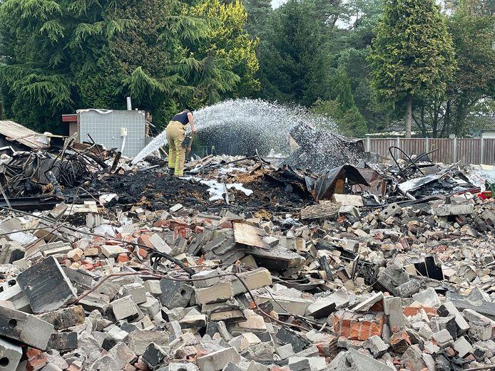 De brandweer was dinsdag nog druk bezig met nablussen op vakantiepark De Zwarte Bergen in Luyksgestel.