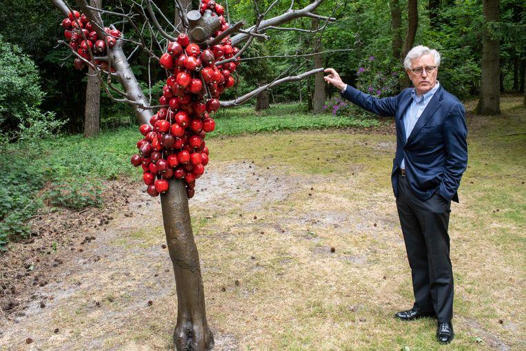 Blessed (2001) is een in brons gegoten appelboompje met afgezaagde takken. De appeltjes van keramiek zijn gemaakt in de Wedgewoodfabriek. Het werk is gemaakt door de Schoutse kunstenaar Anya Gallaccio.  Beeld Simon Lenskens