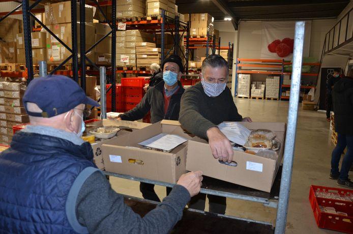 700 kerstmaaltijden op het juiste adres bezorgen: Rotaryclub Lokeren en de OCMW's van Lokeren en Lochristi sloegen de handen in elkaar voor de logistieke operatie.