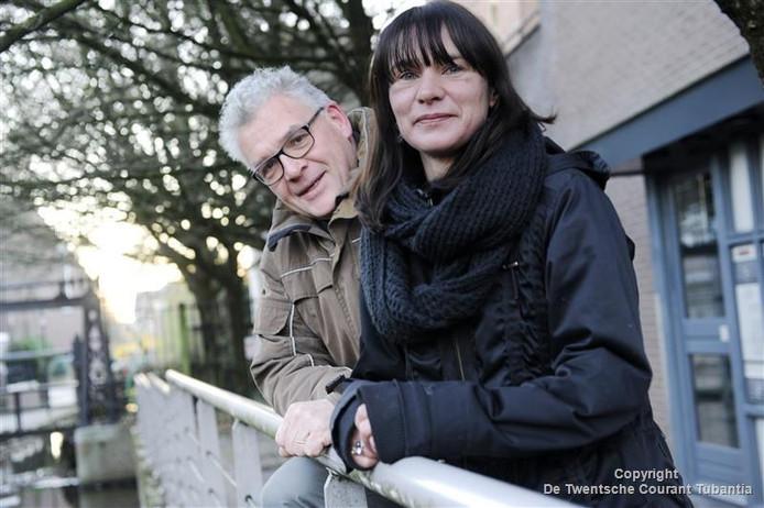 Ursula Wijnen heeft de voorzittershamer van de stichting HobNob 2000 overgenomen van Andries de Groot.