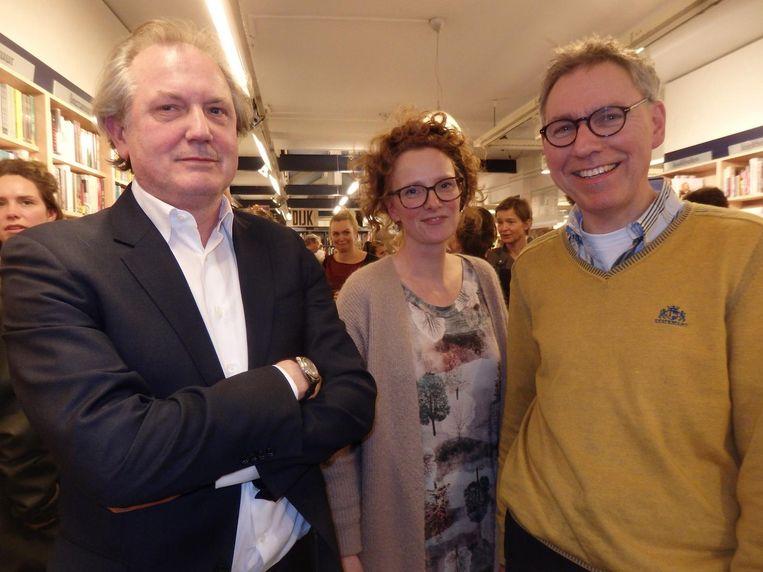 Jeroen Vullings (literair criticus Vrij Nederland) met Jessica Kroskinski en Fons Plukker van Athenaeum Boekhandel Haarlem Beeld Schuim