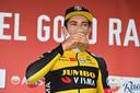 Van Aert drinkt zoals de traditie wil een biertje op het podium na zijn zege in de Amstel Gold Race.
