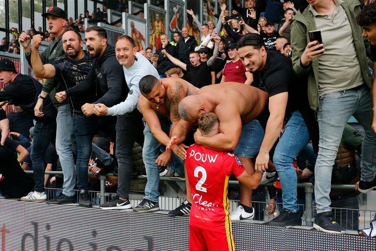 Go Ahead-verdediger Boyd Lucassen viert de overwinning met de fans. Beeld Pro Shots / Niels Boersema