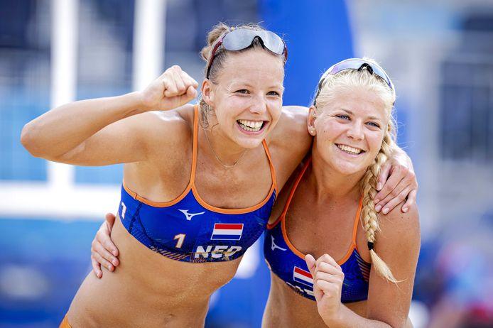 Beachvolleyballers Katja Stam (l) en Raisa Schoon