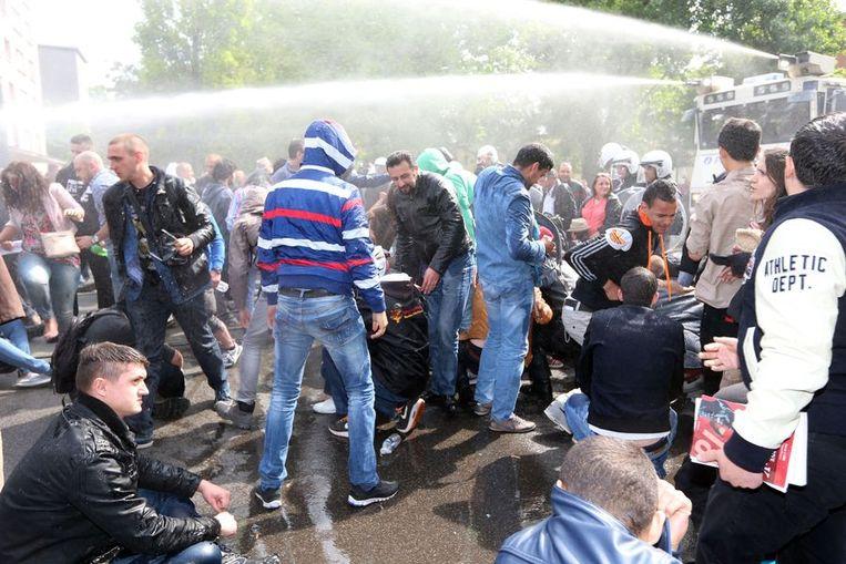 De Belgische politie heeft met waterkanonnen bezoekers aan een antisemitisch congres in Brussel uiteengedreven. Beeld anp