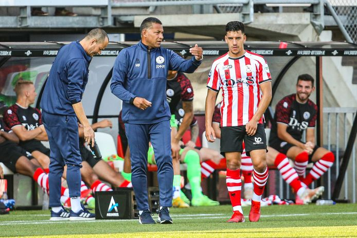 Sparta-trainer Henk Fraser instrueert Abdou Harroui tijdens het oefenduel met NAC.