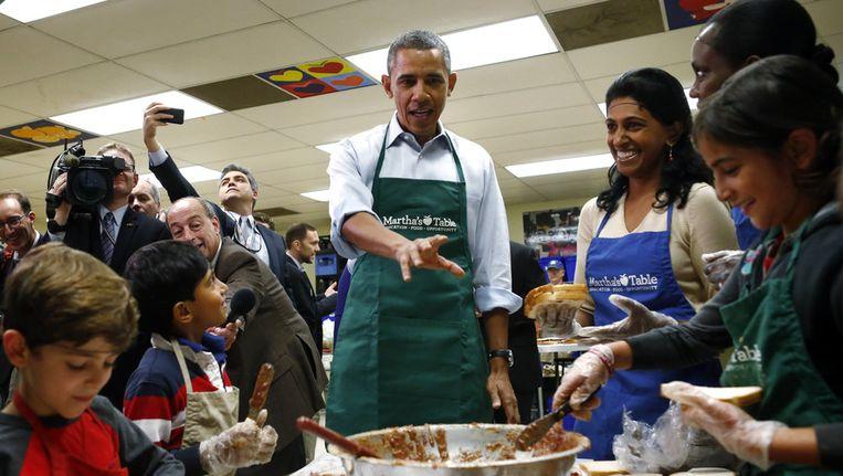 President Barack Obama hielp vandaag met vrijwilligerswerk in Washington. Beeld ap