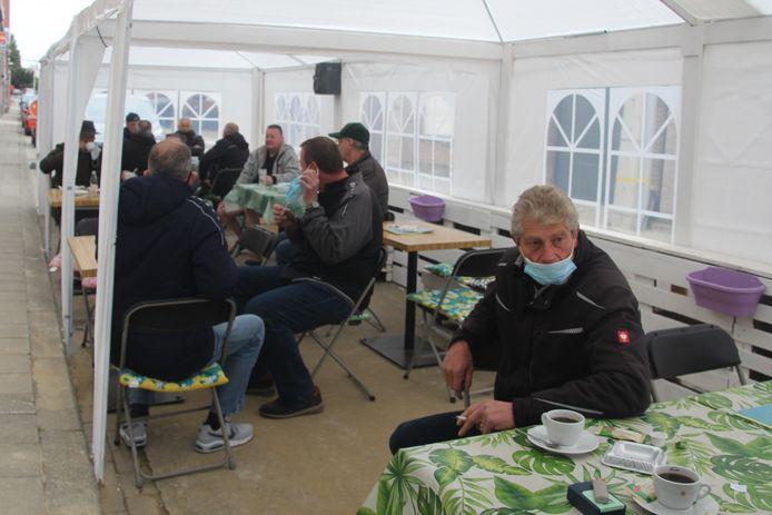 De tent naast café 't Kaatsplein in Lede was zaterdagochtend iets voor 9 uur overwegend gevuld met vinkeniers die vlakbij een vinkenzetting hielden.