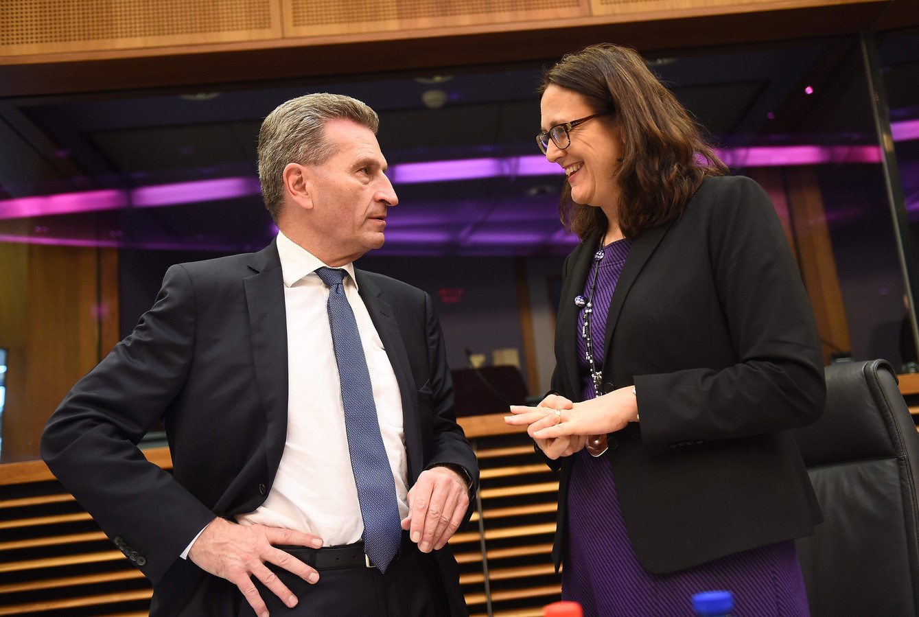 Günther Oettinger avec la commissaire européenne au Commerce Cecilia Malmstrom à Bruxelles, le 13 janvier 2016.