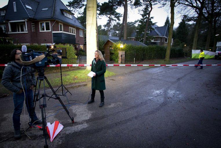 Een journalist staat voor de woning van de overleden Els Borst. Beeld ANP