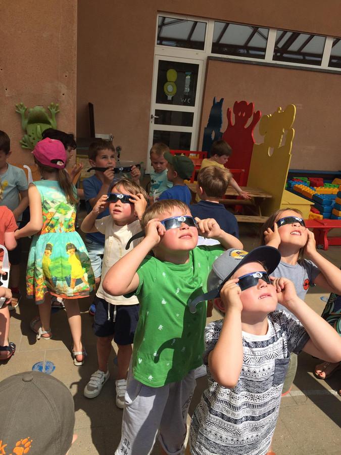 De kinderen van De Bijenkorf genieten van de zonsverduistering.