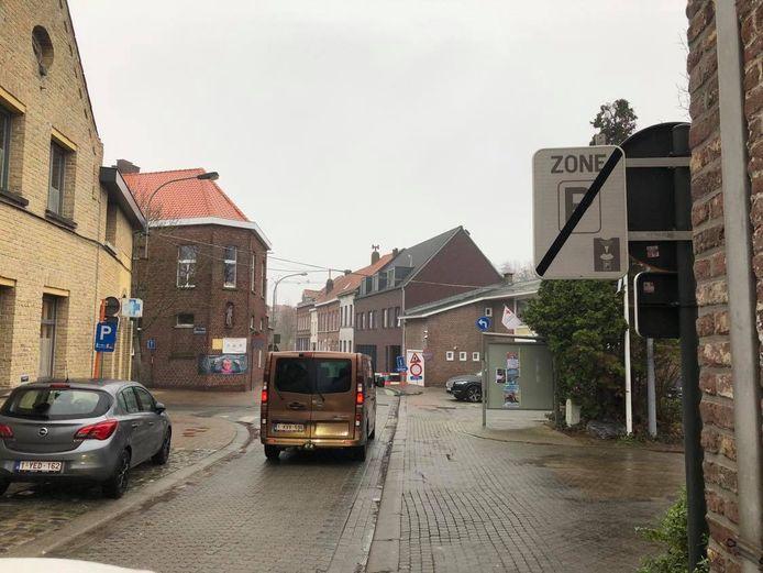 In het eerste deel van de Speiestraat is het blauwe zone tot aan het stadsdomein Oosthove.