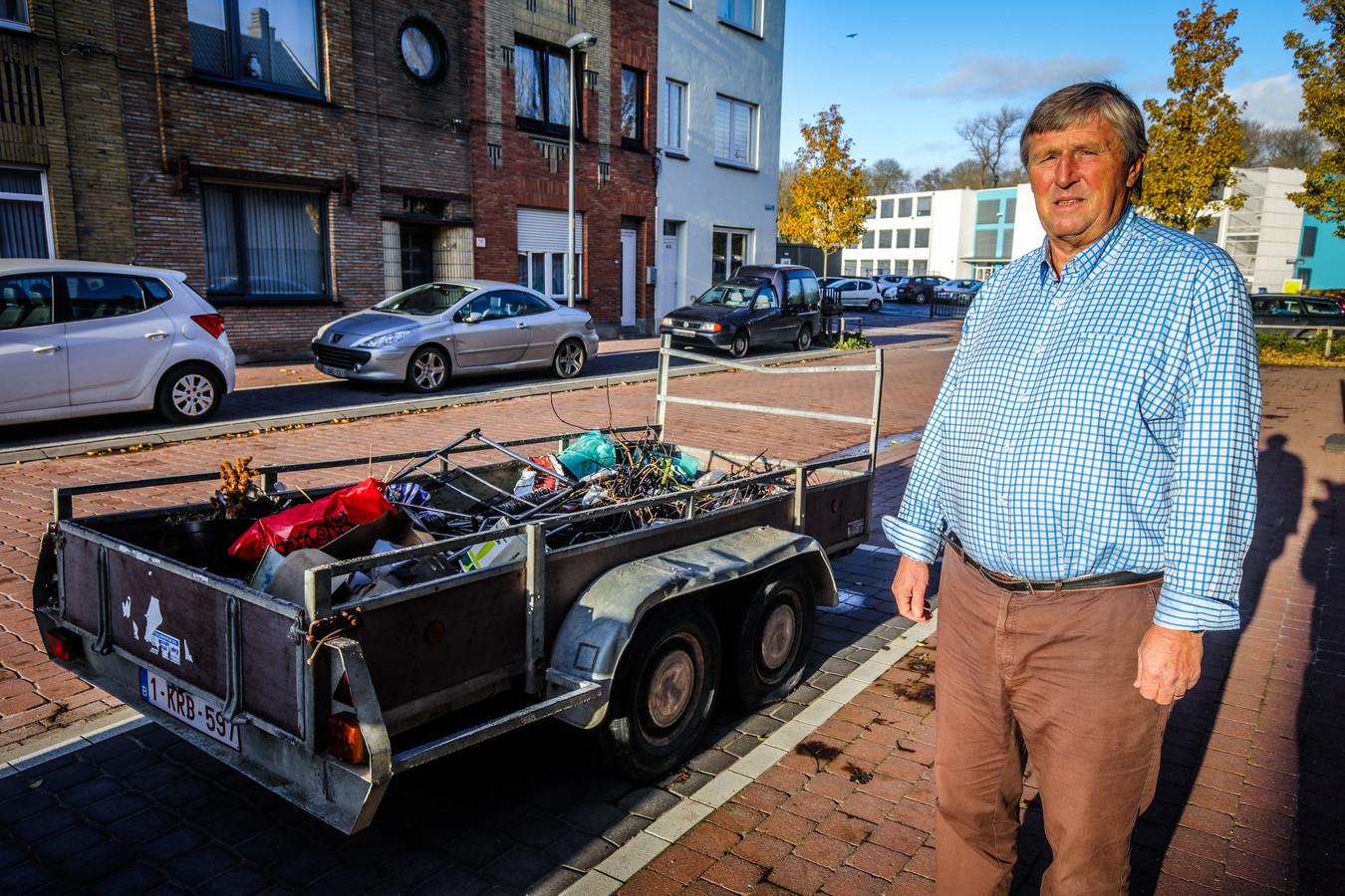 Freddy Makelberge is het beu dat er al maanden een aanhangwagen vol schroot voor zijn deur staat