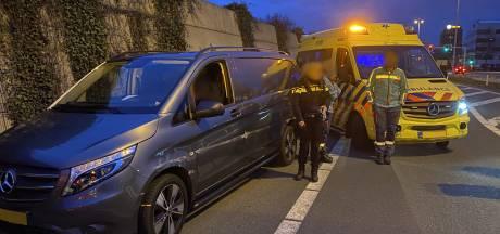 Medewerkers ambulance volgen slingerend bestelbusje op A12, bestuurder onder invloed