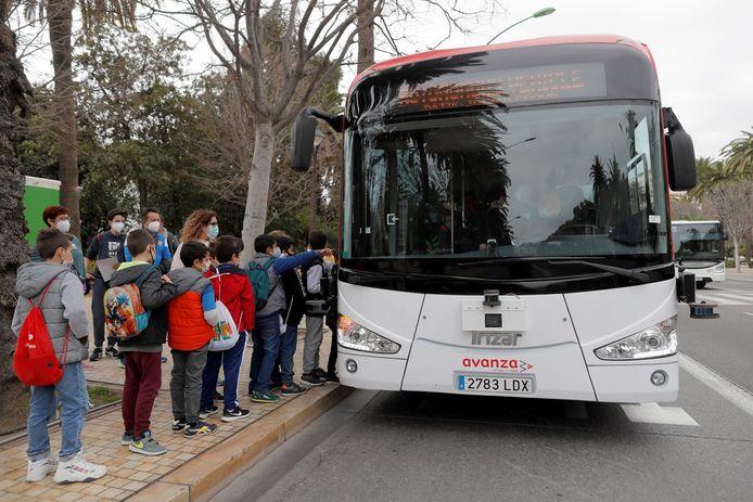 Enkele schoolkinderen willen op de zelfrijdende bus stappen.