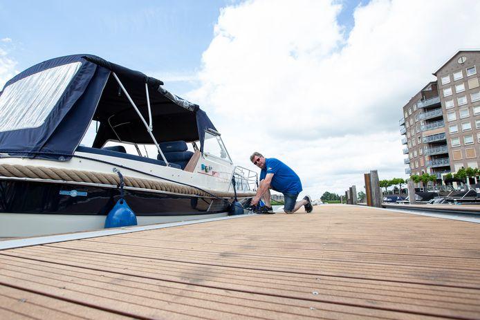 Roel Godeke legt de kajuitboot aan in de Hardenbergse haven die hij net uit Ommen heeft opgehaald voor leden van de Watersportvereniging Hardenberg. Godeke is voor die club vrijwillig havenmeester in de onlangs uitgebreide en vernieuwde recreantenhaven aan de Vecht.
