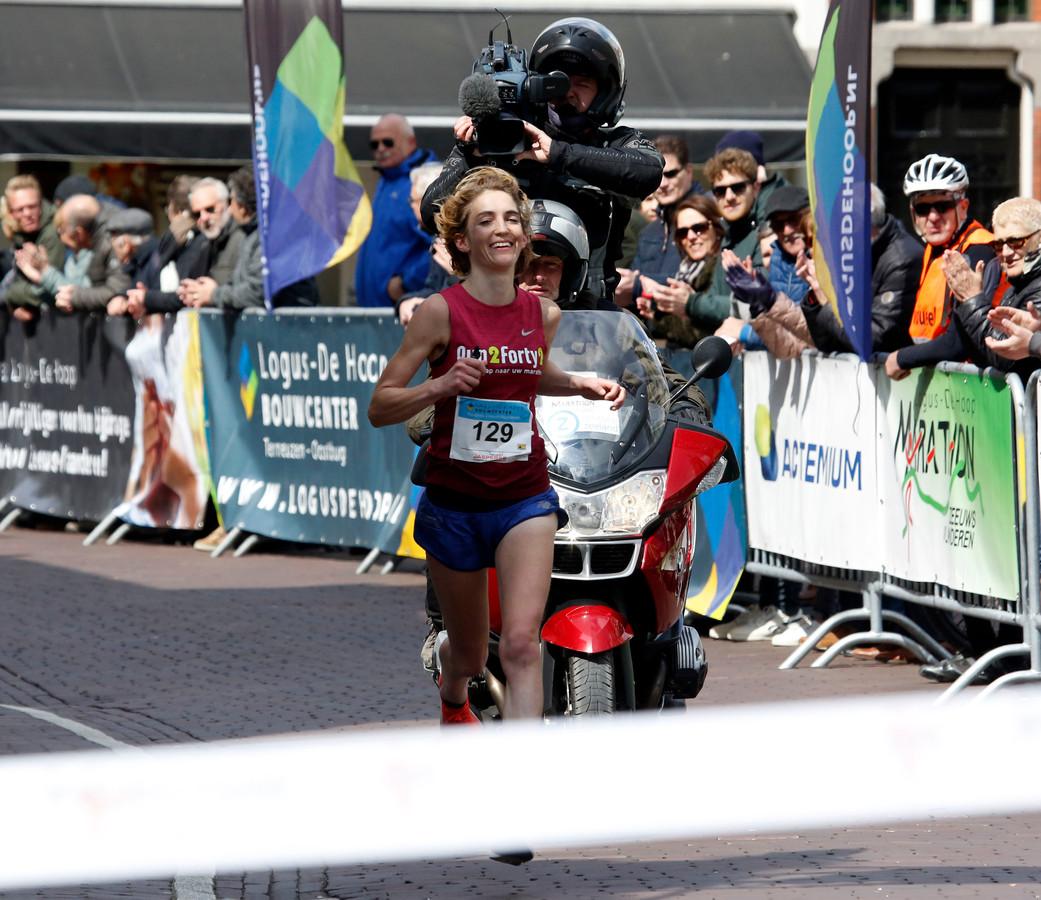 Hinke Schokker wint de marathon van Zeeuws-Vlaanderen in april 2019. Ze heeft nog altijd geen opvolgster gekregen door de coronapandemie.