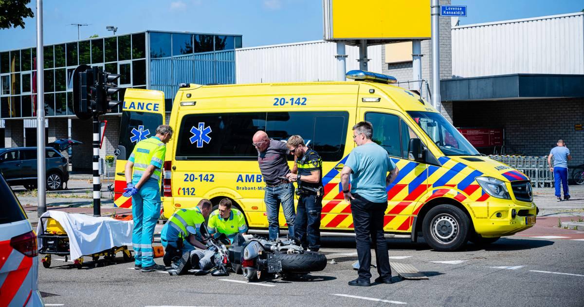 Motorrijder komt hard ten val na aanrijding met bestelbus in Tilburg.
