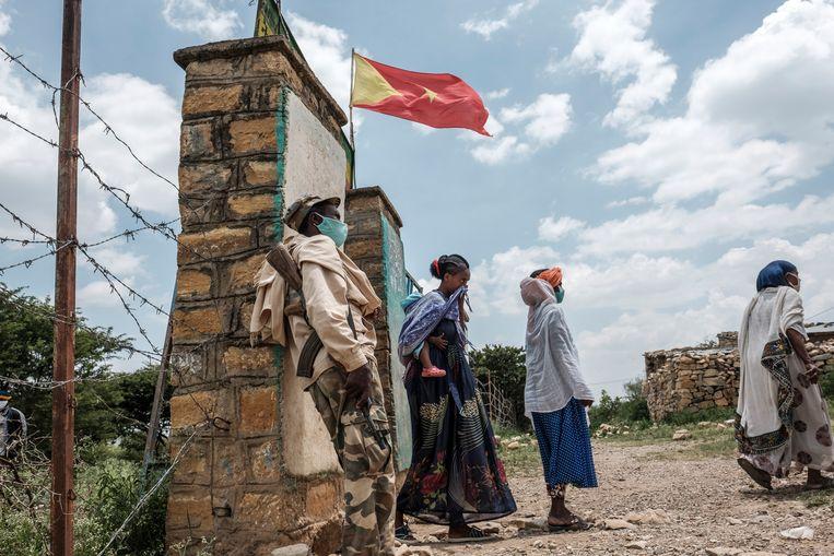 Een stembureua in Tigray wordt bewaakt door een bewapende soldaat. Beeld AFP