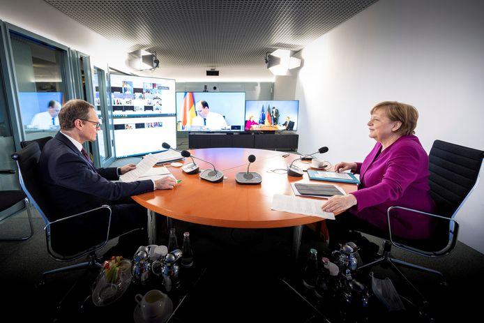 Bondskanselier Angela Merkel met burgemeester Michael Müller van Berlijn, die de videovergaderingen met de leiders van de deelstaten voorzit.