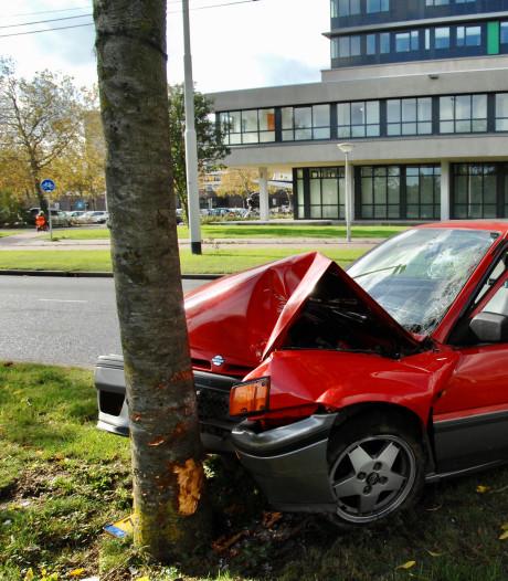 Bestuurder botst tegen boom in Arnhem en raakt gewond aan borst en hoofd