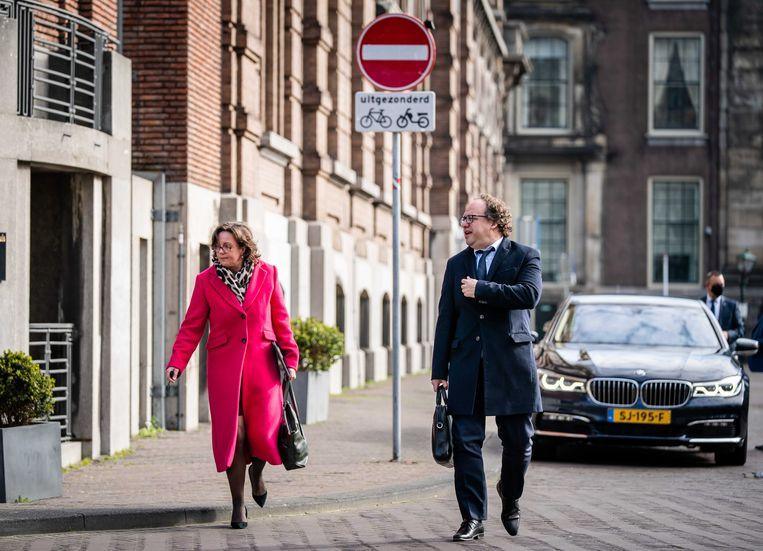 De nieuwe verkenners Tamara van Ark (VVD) en Wouter Koolmees (D66) komen aan op het Binnenhof. Zij gaan zich voorbereiden op nieuwe gesprekken met alle zeventien lijsttrekkers.  Beeld ANP