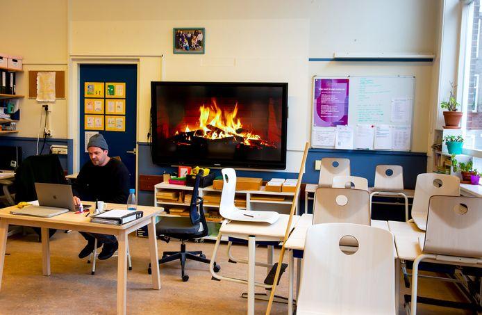 Een docent zoomt in een lege klas op de Rotterdamse Montessorischool.