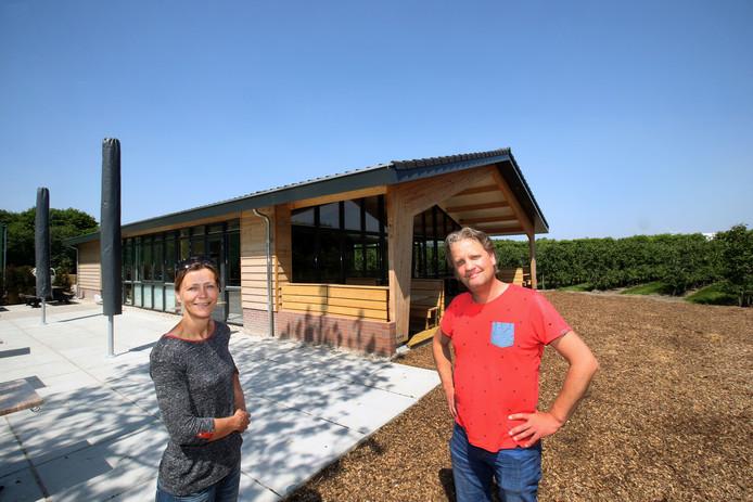 Robin en Nienke Klok bij hun pannenkoekenhuis.